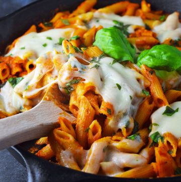 "<span class=""entry-title-primary"">Easy Baked Penne with Chicken & Mozzarella Recipe</span> <span class=""entry-subtitle"">Super easy, hearty and delicious no-boil baked penne recipe topped with fresh sliced mozzarella and chopped basil.</span>"