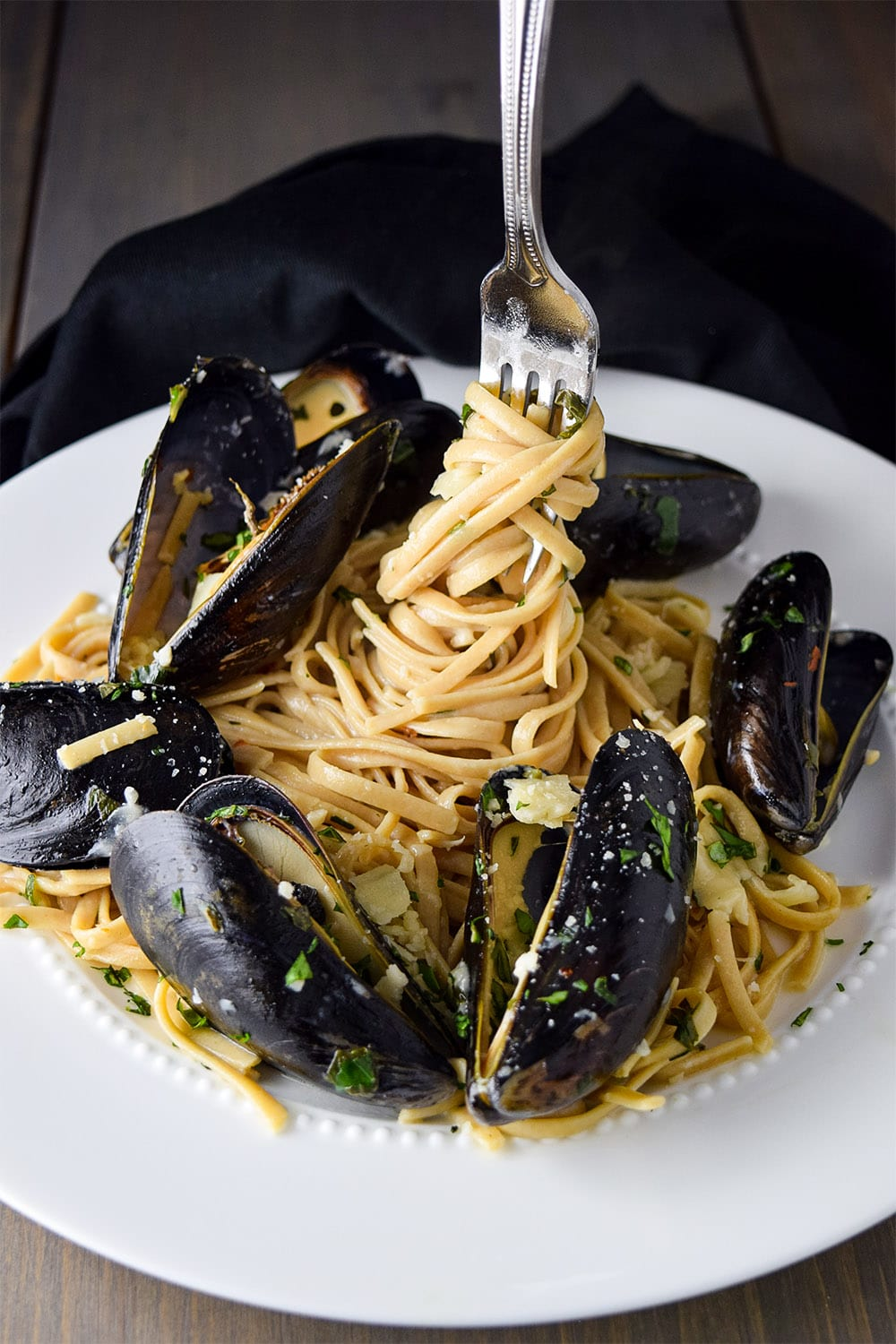 Mussels and Linguine with Garlic Butter & White Wine Pasta Sauce